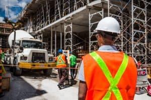 עובדי בנייה בעבודה