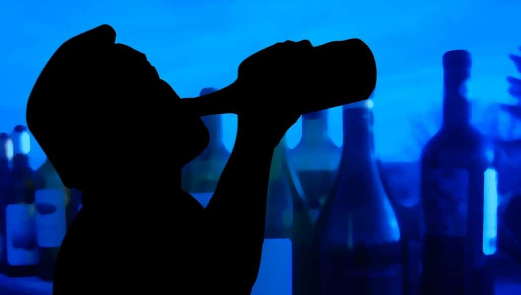 גבר שותה