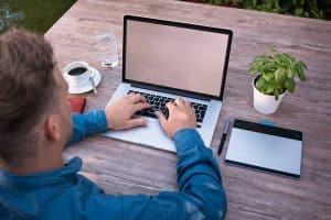 עבודה על המחשב בחצר